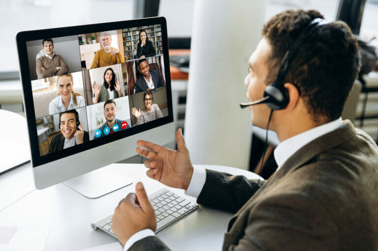 Online trainer teaching a group virtually